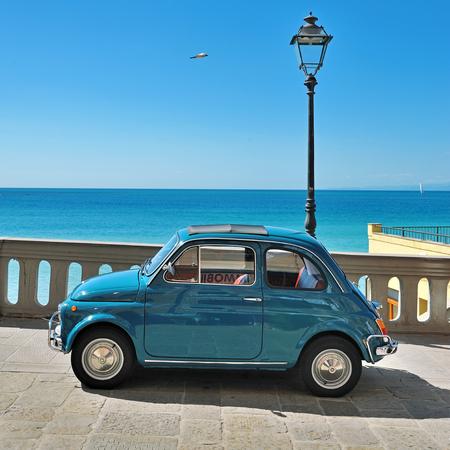 auto old: Camogli, Liguria, Italia - 20 septiembre, 2015: Festival de Fiat 500 Rally organizadores del Fiat 500 Club de Genova Levante Italia.