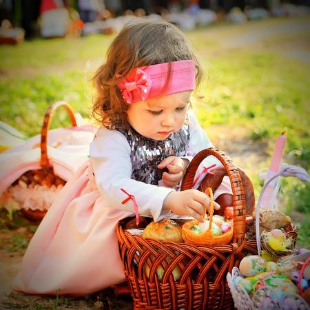 pascuas navideÑas: Ternopil, Ternopil, Ucrania 04 de abril de 2013: niña con cesta de Pascua de consagración de la iglesia círculo