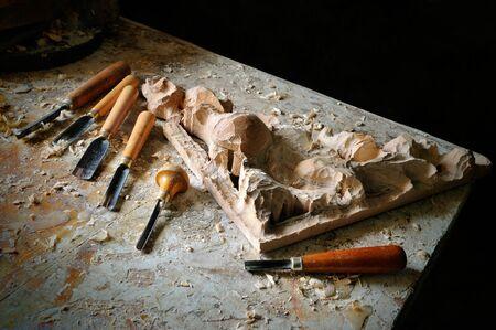 trinchante: el corte de madera equipos en taller de arte tallador Foto de archivo