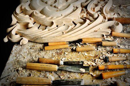 trinchante: cincel y el corte de madera en el taller tallador
