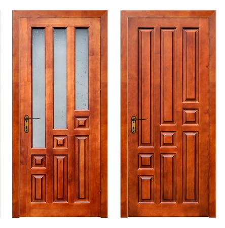 Zwei hölzerne Türen auf weißem Hintergrund mit Pach
