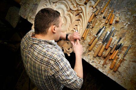 trinchante: Carver en el taller de talla con el cincel para hacer objetos ornamentales Editorial
