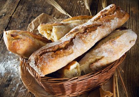 pain: Pain frais sur fond de bois
