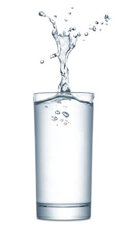 vaso de agua: Agua que salpica de vidrio aislado en fondo blanco Foto de archivo