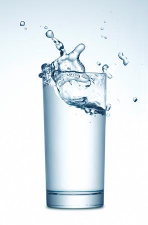 copa de agua: Agua que salpica en vidrio Foto de archivo