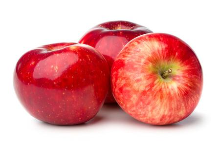 manzana roja: tres manzanas maduras aisladas sobre fondo blanco