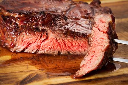 carne asada: filete asado de costilla-ojo medio en el fondo de madera Foto de archivo