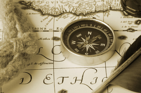compass, rope, stylus and inkwell on old antique map 스톡 콘텐츠