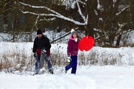 Parents with children to glide on the snow and enjoy themselves