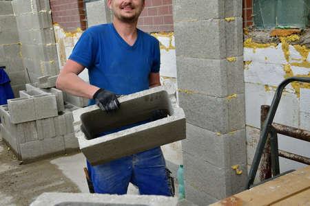 The mason masonry a wall of concrete blocks on the house Standard-Bild