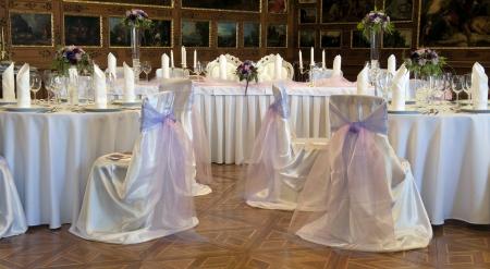 eventos especiales: Mesas dispuestas para una recepci�n de boda formal en una habitaci�n de lujo Foto de archivo