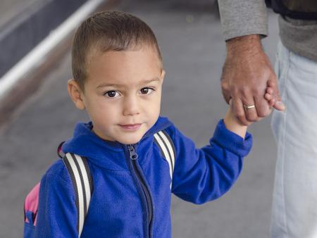 manos agarrando: Retrato de ni�o peque�o ni�o, ni�o o ni�a, la celebraci�n de una mano del padre.