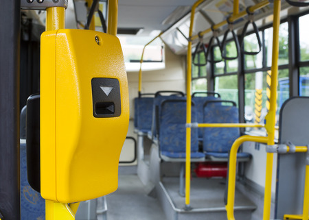 transport: Żółta maszyna walidacji biletów na nowoczesnym autobusem komunikacji miejskiej Zdjęcie Seryjne