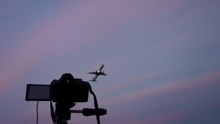 DSLR camera pointed at a jetliner taking off Zdjęcie Seryjne