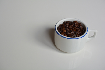 Thick-walled ceramic cup filled with coffee beans Zdjęcie Seryjne