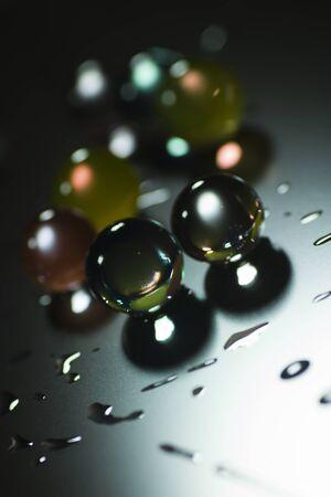 effets lumiere: Contexte abstrait avec billes de verre, eau et effets de lumi�re