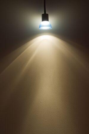 effets lumiere: �clairage bleu petite lampe sur le mur donnant des effets de lumi�re