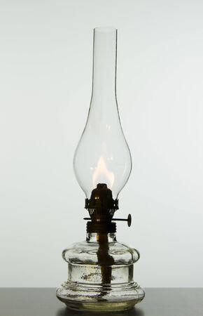 candil: vieja lámpara de aceite vendimia aislado en el fondo blanco