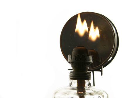 candil: vieja lámpara de aceite con la llama aislado sobre fondo blanco