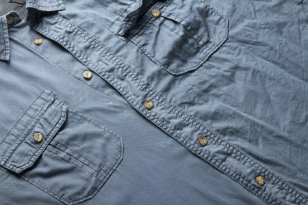 アイロンをかけたし、完全なフレームの概念の背景として男性のシャツにアイロンをかけたなし