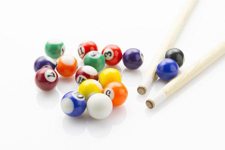Einsatzzeichen: Sport Snooker-Kugeln mit Hinweisen Verlegung auf wei�en reflektierenden Hintergrund