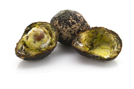 흰색 배경에 고립 된 건강에 해로운 썩은 아보카도 슬라이스 스톡 콘텐츠