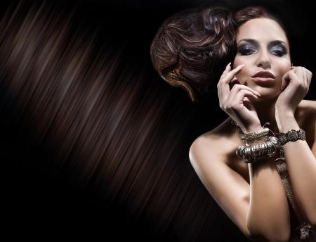 Retrato de la señora linda morena posando y uso de joyas de oro