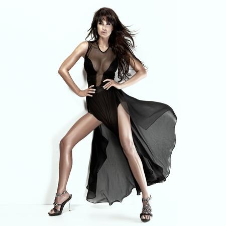 검은 드레스를 입고 긴 다리와 로맨틱 갈색 머리 아름다움