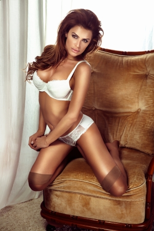 medias mujer: Tiro de una chica bella y sexy con el pelo largo llevaba ropa interior blanca