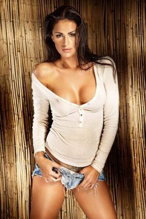 fille sexy: Sexy lady brunette en chemise blanche regardant la caméra, journée ensoleillée Banque d'images