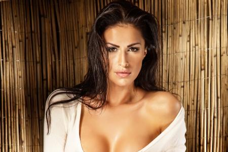 voluptuosa: Hermosa joven modelo sexy con maquillaje ligero, el pelo mojado largo, piel pureza. Look veraniego fresco con el peinado de playa húmeda. Foto de archivo