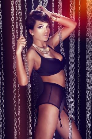modelos desnudas: Foto de la mujer atractiva joven en ropa interior negro mirando a c�mara mirada de lujo,