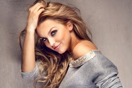 femme romantique: Portrait de belle jeune femme blonde aux cheveux longs regardant la cam�ra en souriant. Banque d'images