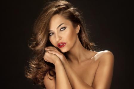 modelos negras: Retrato de la belleza sensual con el pelo largo rizado usando lápiz labial rojo y maquillaje Beautifyl. Foto de archivo