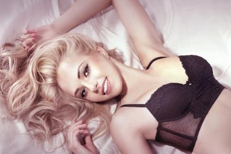 Nude blonde woman: Retrato de la sonrisa joven y bella mujer rubia con el pelo largo y rizado, mirando a la c�mara.