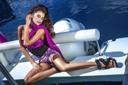 Modische Foto der schönen Brünette Frau posiert auf der Yacht Standard-Bild - 21356209