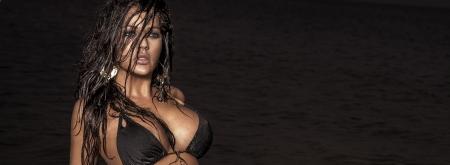 morena sexy: Hermosa mujer morena sexy posando en la noche.