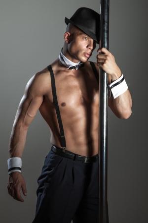homme nu: Artistique homme athl�tique dans le chapeau � la mode posant en dansant.
