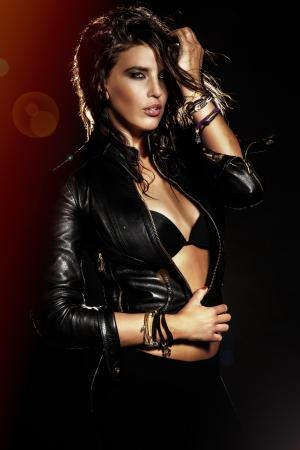 Sexy Brünette Frau posiert auf dem dunklen Hintergrund. Standard-Bild - 22373875