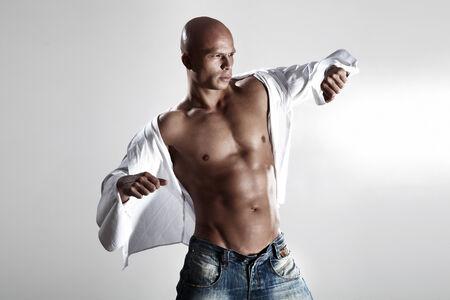 nackter junge: Muskulös hübscher Model posiert in whirte Shirt.