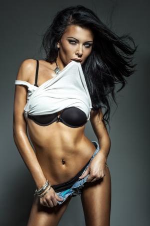 donna sexy: Sexy bella donna bruna in posa, guardando a porte chiuse