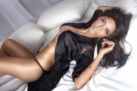 голая женщина: Сексуальная красивая брюнетка женщина создает, глядя на камеру