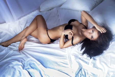 morena sexy: Sexy mujer hermosa morena posando, mirando a la c�mara Foto de archivo