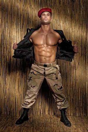 Muskulös schön Soldat posiert, perfekten Körper. Standard-Bild - 23667336