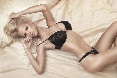 jungen unterw�sche: Sch�nes Portrait von sexy blonde Frau, Blick in die Kamera.