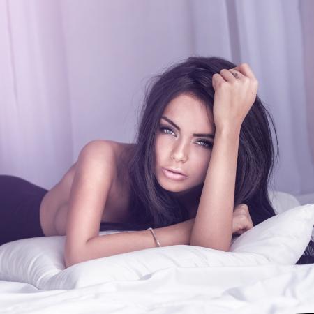 sexy young girls: Портрет привлекательная брюнетка красоты лжи