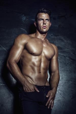 musculo: Hombre musculoso guapo posando.