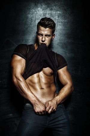 mannequins hommes: Mode beau jeune homme posant en studio