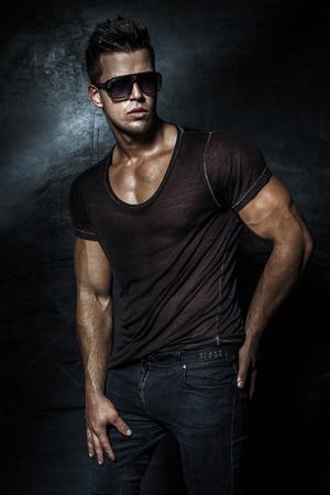beau jeune homme: Mode beau jeune homme posant en studio