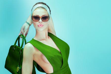 traje de gala: Hermosa mujer rubia de moda que presenta en el vestir. Foto del verano.